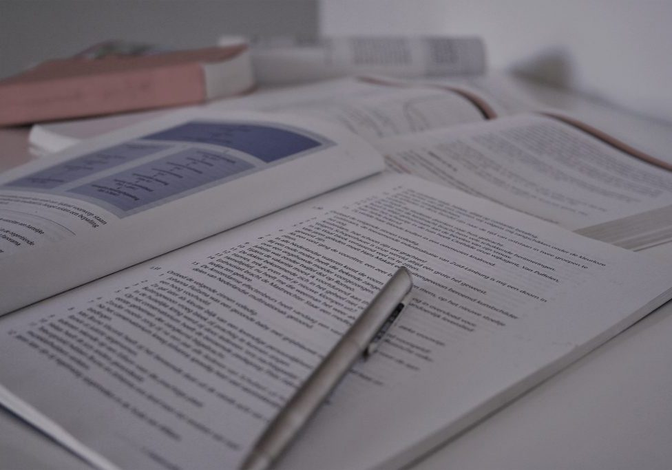 Pen met open boek tijdens Grip Op Leren bijles