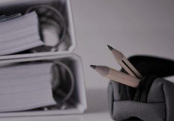 potloden in etui met volle map tijdens grip op leren bijles